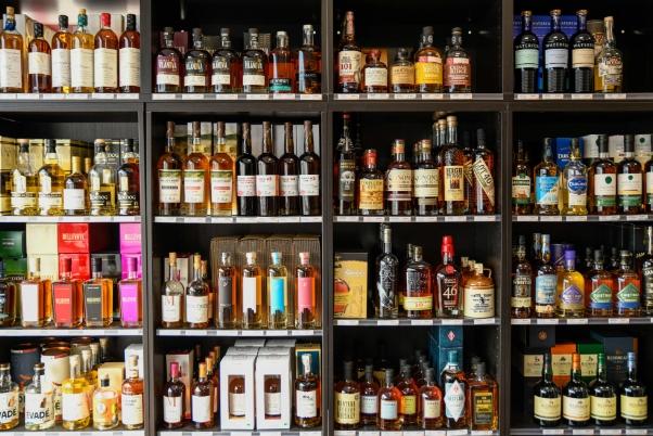 la-vinotheque-presentation-bouteilles-etageres